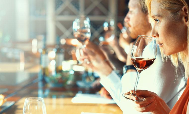 winetasting vrouw proeft een glas rosé wijn